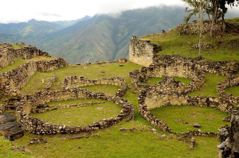 Kuelap_ruines_maisons_rondes